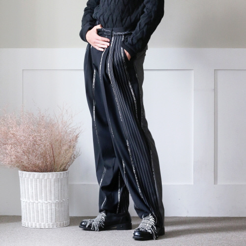 Black Raw-Cutting Waist Band Two-Tucked Wide Trousers